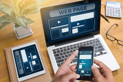 O molde do design web e o close up do página da web dispararam do portátil com di Foto de Stock Royalty Free