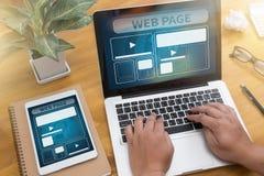 O molde do design web e o close up do página da web dispararam do portátil com di Fotos de Stock Royalty Free