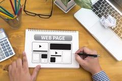 O molde do design web e o close up do página da web dispararam do portátil com di Foto de Stock
