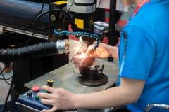 O molde do reparo da soldadura do trabalhador e morre parte pela máquina de soldadura do laser fotografia de stock royalty free