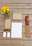 O molde para fotos, no assoalho de madeira é cartões, vidros, lápis, papel, flores, bolsa Fotografia de Stock