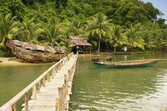 O molhe de madeira na vila local, alarga o parque nacional, Camboja foto de stock
