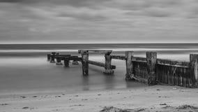 O molhe velho da praia de Mentone em preto e branco imagem de stock royalty free