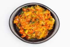O molho colombiano tradicional chamado hogao serviu em um prato cerâmico preto imagem de stock royalty free