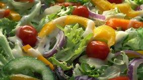 O molho derrama na salada misturada deliciosa filme