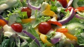 O molho derrama no prato colorido da salada filme