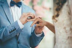 O momento de amarrar a aliança de casamento foto de stock