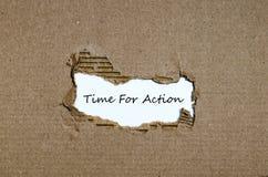 O momento de palavra para a ação que aparece atrás do papel rasgado Imagens de Stock Royalty Free