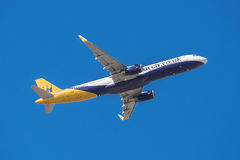 O monarca Airbus 321 está decolando do aeroporto sul de Tenerife o 13 de janeiro de 2016 Imagens de Stock