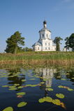 O monastério de Nilo-Stolobensky abandona na região de Tver, Rússia A vista do lago Seliger na igreja do exaltati imagens de stock