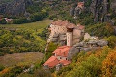 O monastério de Rousanou ou de St Barbara Monastery e o monastério de São Nicolau em Meteora imagens de stock