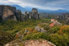 O monastério de Rousanou ou de St Barbara Monastery e o monastério de São Nicolau em Meteora fotografia de stock royalty free