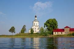 O monastério do Nilo-stolobenskaya abandona, oblast de Tverskaya, Rússia A vista do lago Seliger na igreja do exa Fotos de Stock Royalty Free