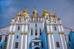 O monastério dourado de St Michael que opera-se em Kiev, recreado em 1997-1998 nos formulários da igreja da catedral destruída no fotos de stock royalty free