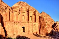 O monastério & o x28; EL Dayr& x29; em Petra Ancient City em um Sun dourado Imagem de Stock