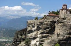 O monastério ortodoxo medieval é ficado situado sobre o amon dos penhascos Imagens de Stock