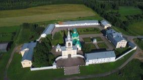 O monastério velho de Vvedeno-Oyatsky, vídeo aéreo do dia de julho Região de Leninegrado, Rússia vídeos de arquivo