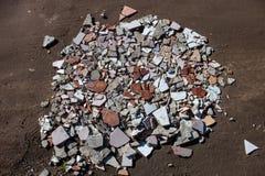 O montão de telhas e de blocos de cimento batidos imagem de stock