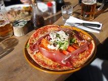 O montagnard da pizza inclui uma salada Imagens de Stock Royalty Free