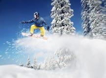 o Montanha-esquiador salta Fotos de Stock Royalty Free