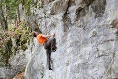 O montanhista bouldering Foto de Stock Royalty Free