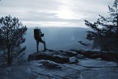 O montanhista com caminhada da trouxa vai ? montanha Portador forte masculino imagem de stock royalty free