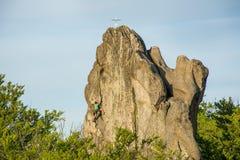 O montanhista conquista a cimeira Foto de Stock Royalty Free