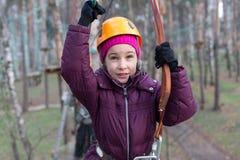O montanhista da menina está pronto à passagem Fotografia de Stock