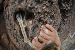 O montanhista de rocha da mulher entrega a escalada na rocha do penhasco da montanha Imagens de Stock Royalty Free