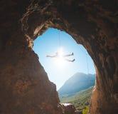 O montanhista de rocha escala na caverna imagem de stock