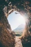 O montanhista de rocha escala na caverna fotos de stock