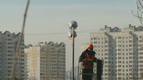 O montanhista do instalador em um berço do special repara a pata no street-4K filme