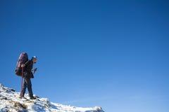 O montanhista está na inclinação Imagens de Stock Royalty Free