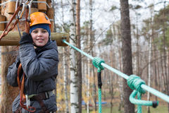 O montanhista está pronto à passagem o curso das cordas Fotos de Stock Royalty Free