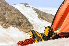 O montanhista tem o descanso na barraca altamente nas montanhas fotos de stock