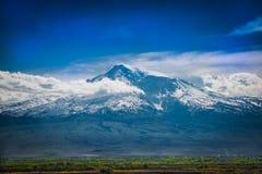 O Monte Ararat em Armênia com nebulosidade em um dia de verão Imagem de Stock