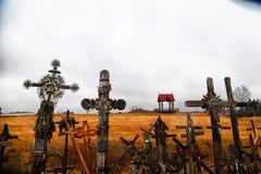 O monte das cruzes em Lituânia do norte Fotografia de Stock