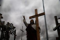 O monte das cruzes em Lituânia do norte Imagens de Stock Royalty Free