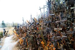 O monte das cruzes em Lituânia do norte Fotos de Stock