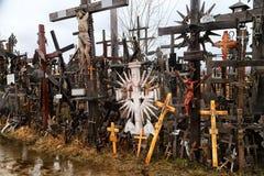 O monte das cruzes em Lituânia do norte Imagens de Stock