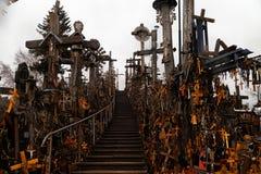 O monte das cruzes em Lituânia do norte Fotos de Stock Royalty Free