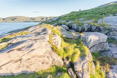 O monte de pedras no ponto o mais northernmost na ilha de Mageroya, Norw foto de stock
