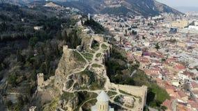 O monte de Sololaki com as paredes nele em Tbilisi, Geórgia, metragem aérea, 4k filme