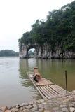 O monte e o bambu do tronco do elefante transportam no GUILIN Imagens de Stock Royalty Free