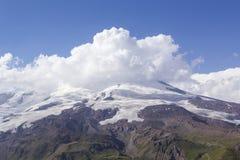 O Monte Elbrus nas nuvens brancas Foto de Stock Royalty Free