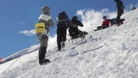 2014 07 o Monte Elbrus, Rússia: escalada à parte superior com uma pessoa deficiente vídeos de arquivo