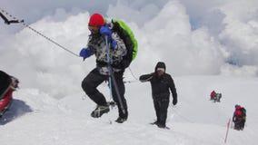 2014 07 o Monte Elbrus, Rússia: escalada à parte superior com uma pessoa deficiente video estoque