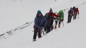 2014 07 o Monte Elbrus, Rússia: Escalada à parte superior de Elbrus video estoque
