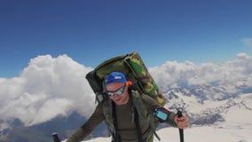 2014 07 o Monte Elbrus, Rússia: Escalada à parte superior de Elbrus vídeos de arquivo