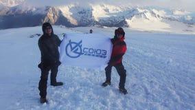 2014 07 o Monte Elbrus, Rússia: Mans que guarda a bandeira de Soyuz na inclinação do Monte Elbrus video estoque